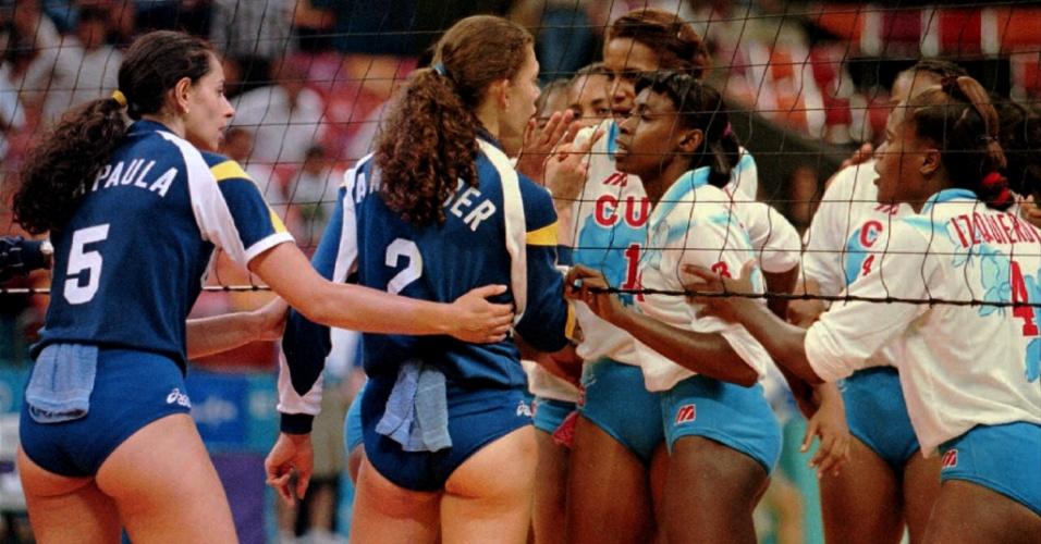 Mireya Luis, de Cuba, discute com o dedo em riste com Ana Moser, do Brasil, na semifinal da disputa de vôlei feminino dos Jogos Olímpicos de 1996, em Atlanta