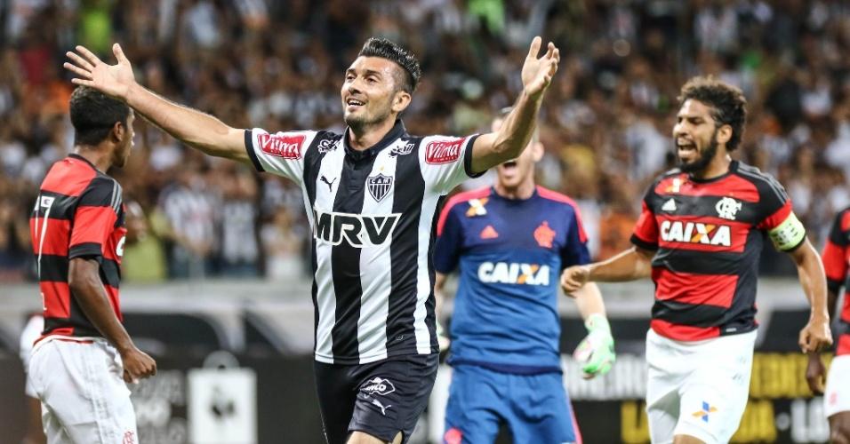Dátolo reclama de jogada durante o jogo do Atlético-MG contra o Flamengo, pela Primeira Liga