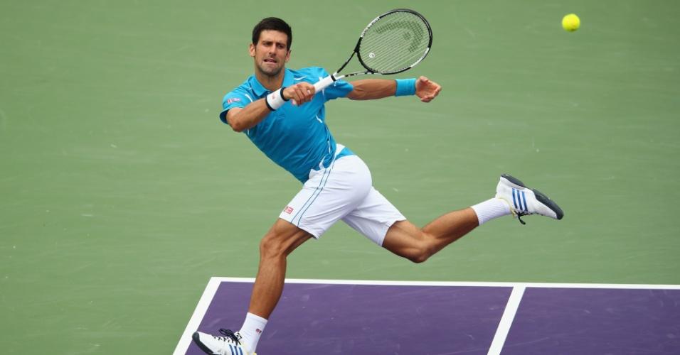 Novak Djokovic se estica para rebater a bolinha na final do Masters de Miami contra o japonês Kei Nishikori
