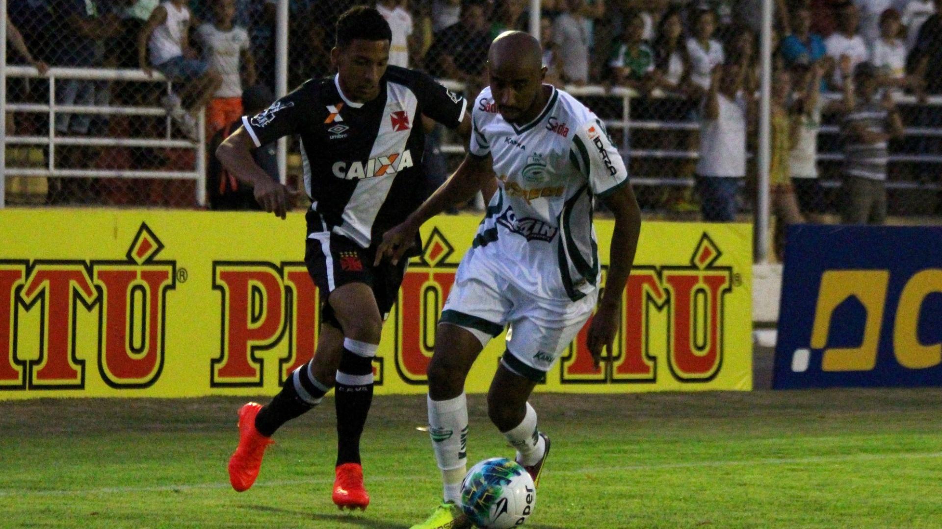 Paulinho conduz a bola na partida Luverdense x Vasco da Gama em Lucas do Rio Verde (MT)