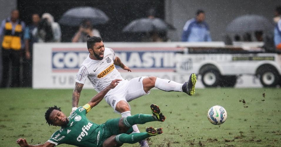 Zé Roberto dá carrinho em Gabigol durante clássico entre Santos e Palmeiras pelo Campeonato Brasileiro