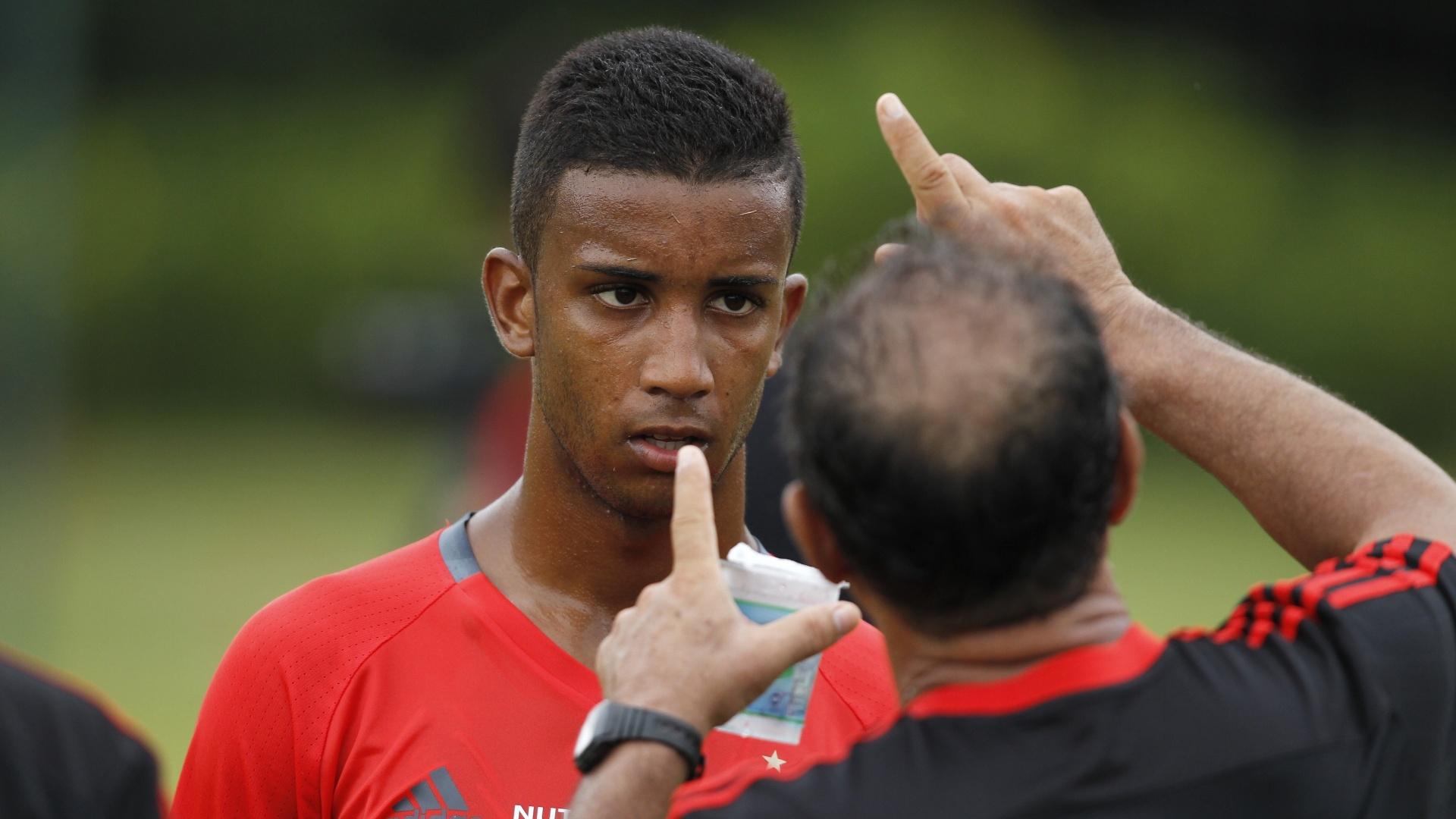 Titular do Flamengo, o lateral-esquerdo Jorge recebe orientações de Muricy Ramalho