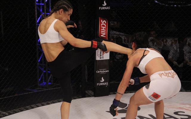 Lutadora Debora Dias é traída pelo uniforme, mas vence seu combate no Jungle Fight