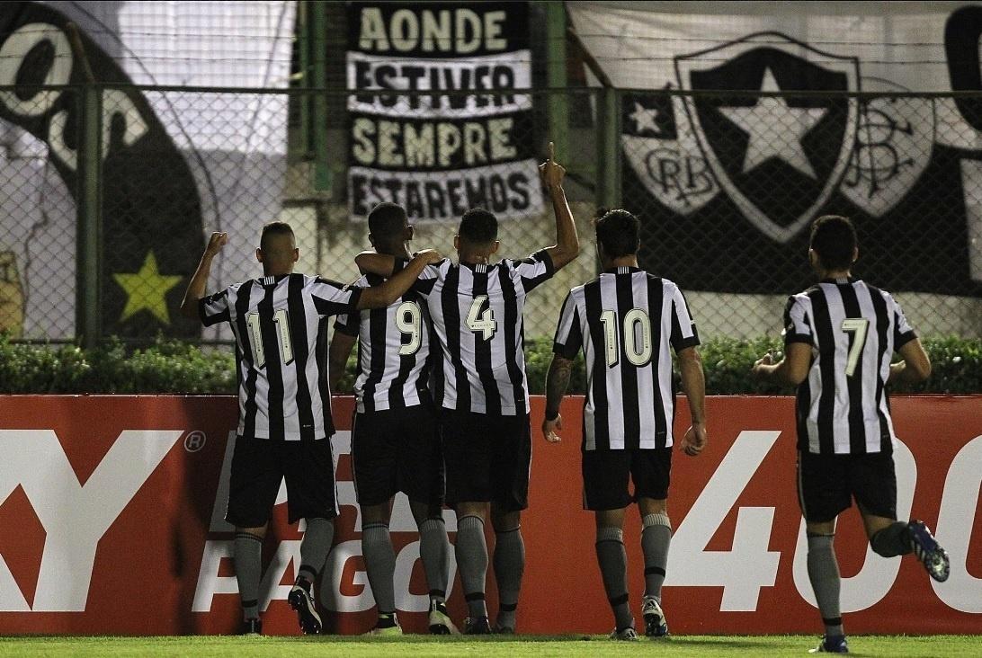 Jogadores do Botafogo comemoram gol contra o Atlético-PR