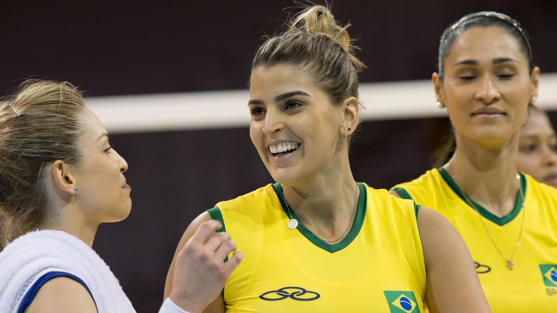 Mari Paraíba sorri durante a estreia da seleção brasileira de vôlei contra Porto Rico
