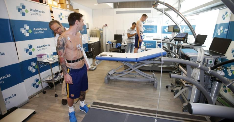 Messi faz exames médicos na reapresentação ao Barcelona. O argentino e alguns outros astros tiveram férias estendidas por causa da Copa América