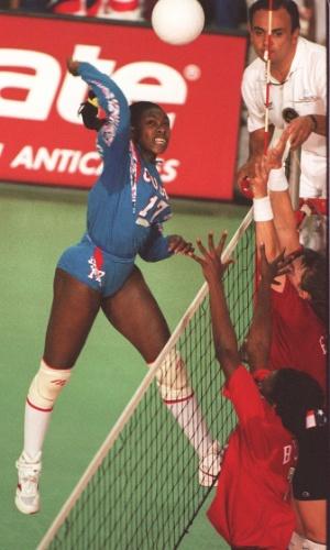 18.mar.1995 - Cubana Mireya Luis ataca em jogo contra os Estados Unidos na final dos Jogos Pan-Americanos de Mar del Plata