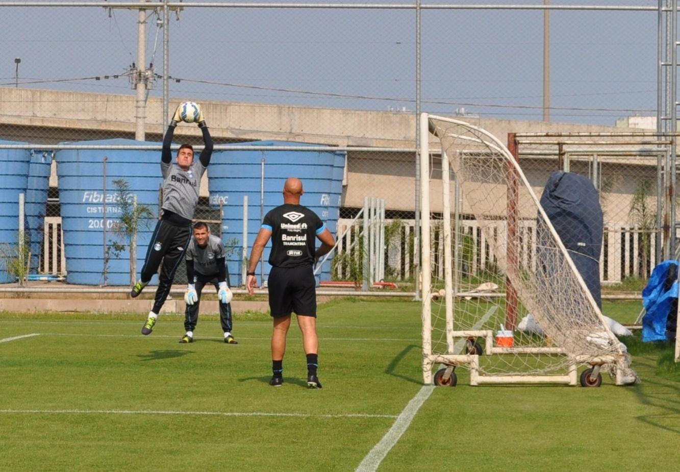 Marcelo Grohe volta a treinar no Grêmio e depende de avaliação