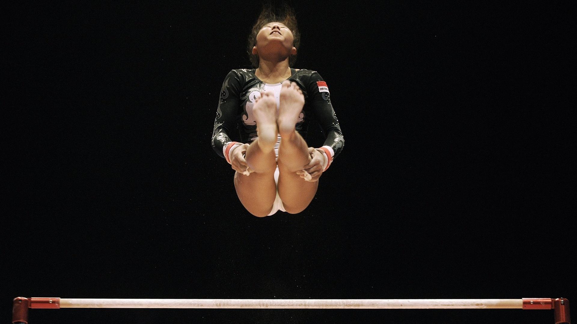 Atleta da Indonésia faz sua série nas barras assimétricas