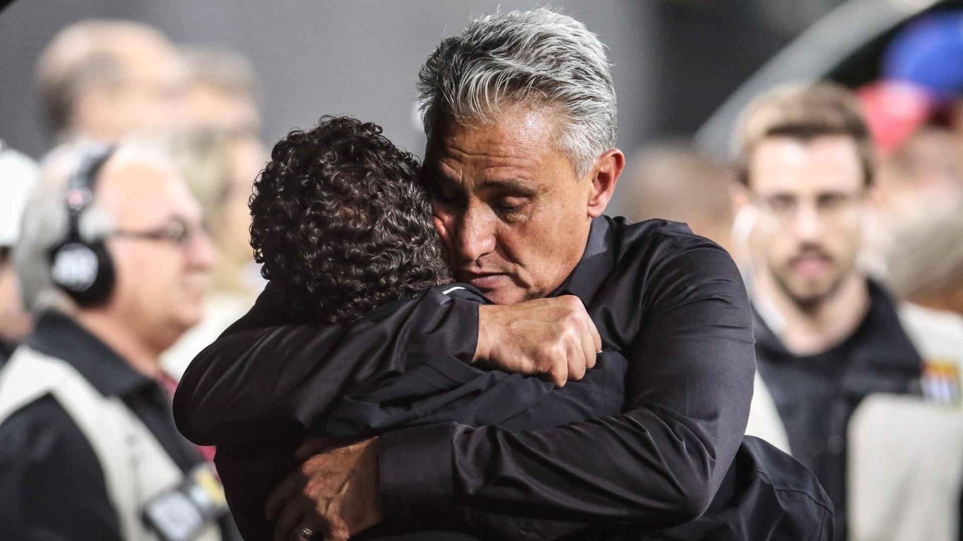 Tite dá abraço emocionado no auxiliar técnico do Corinthians, logo após o gol de Lucca