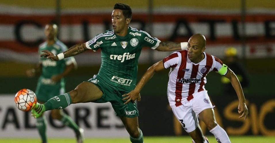 Barrios disputa a bola durante a partida entre River Plate-URU e Palmeiras, em Maldonado
