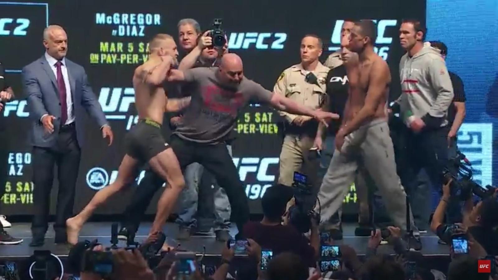 Conor McGregor e Nate Diaz se estranham em pesagem para o UFC 196