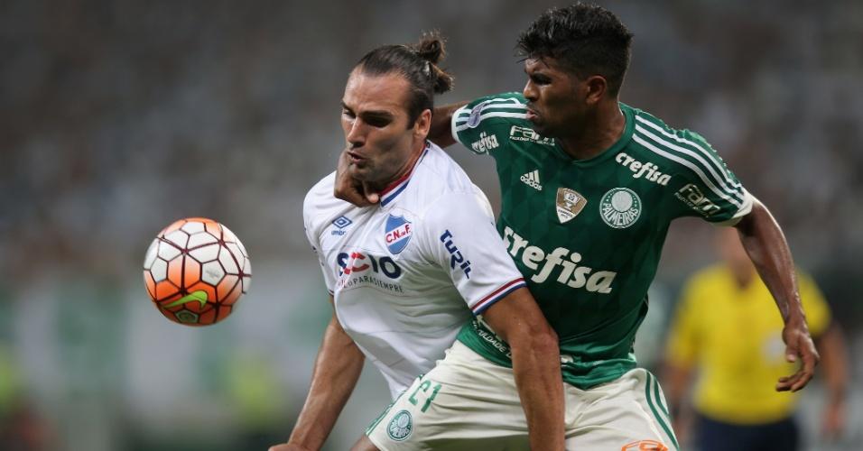 Léo Gamalho disputa bola com Thiago Santos, durante a partida entre Nacional-URU e Palmeiras, pela Libertadores