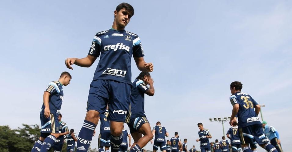 Thiago Martins durante treino do Palmeiras em Atibaia