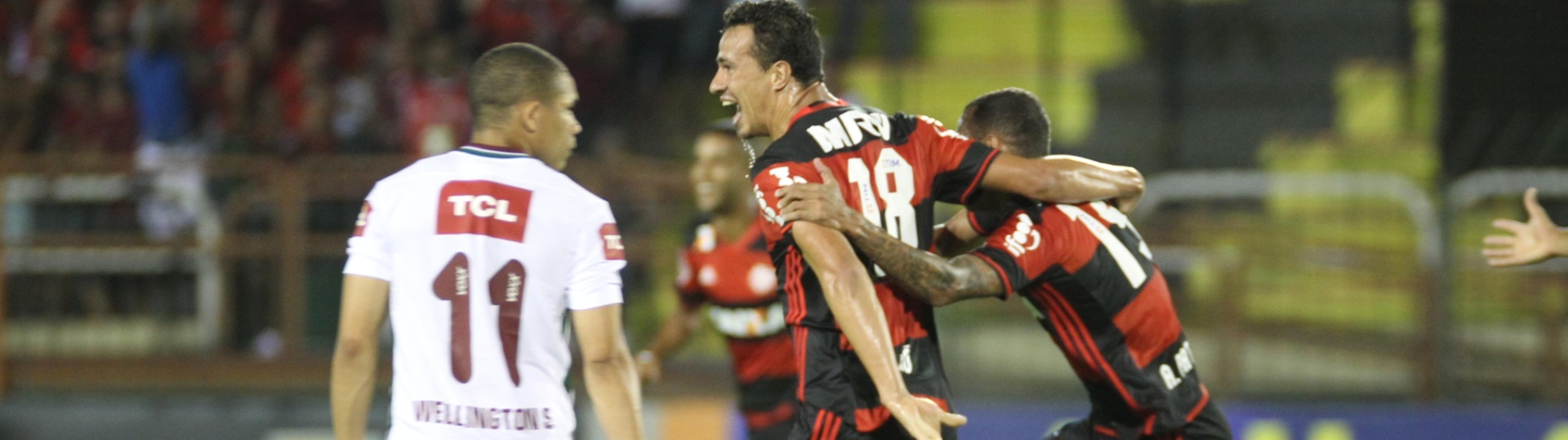 Leandro Damião comemora gol do Flamengo diante do Fluminense em Volta Redonda
