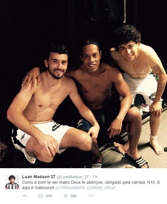 Ronaldinho Gaúcho posa ao lado de Dátolo e Luan, seus ex-companheiros no Atlético-MG