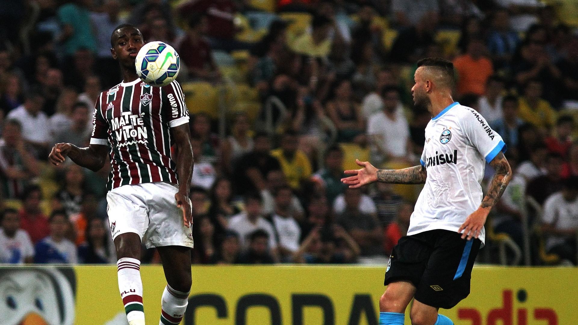 Gérson domina a bola enquanto é observado por Luan no duelo entre Fluminense e Grêmio pela Copa do Brasil