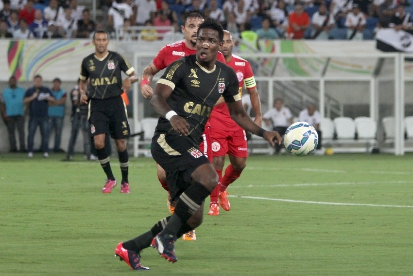 Atacante Thalles tenta dominar bola no jogo entre Vasco e América-RN