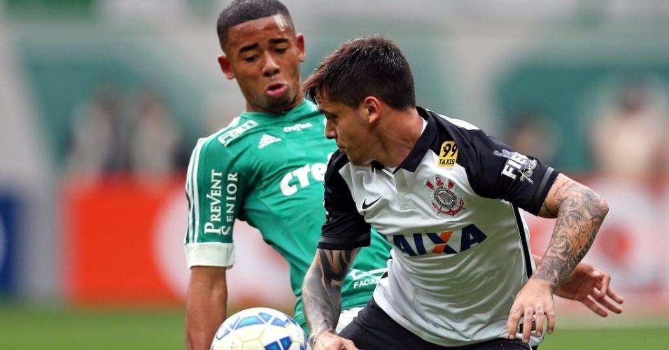 Gabriel Jesus (esq.), do Palmeiras, disputa bola com Fagner, do Corinthians, em partida neste domingo (6), pela Série A do Campeonato Brasileiro