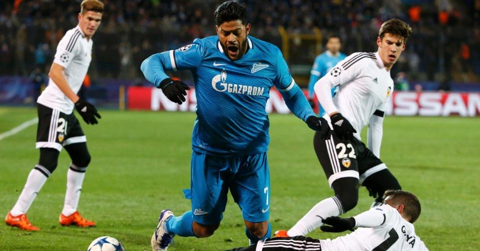 Hulk recebe entrada dura de rival do Valencia, Jose Gaya