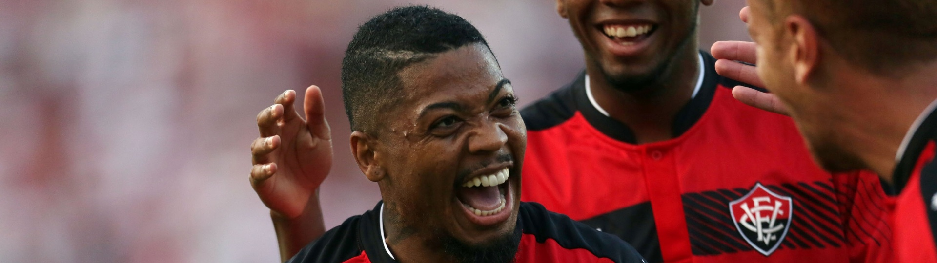 Atacante Marinho celebra gol marcado para o Vitória contra o São Paulo
