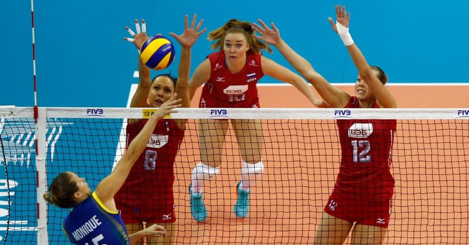 23.jul.2015 - Oposto Monique para no bloqueio da Rússia em jogo que acabou com a invencibilidade do Brasil no Grand Prix de vôlei feminino