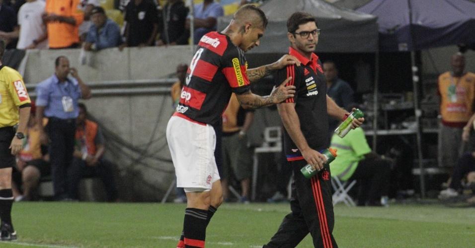 Amparado por médico, Guerrero deixa jogo do Flamengo após sentir lesão no tornozelo