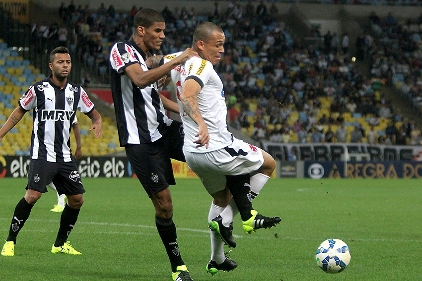 Leonardo Silva (esq.), do Atlético-MG, marca Leandrão, do Vasco, em partida neste sábado (5), pela Série A do Campeonato Brasileiro