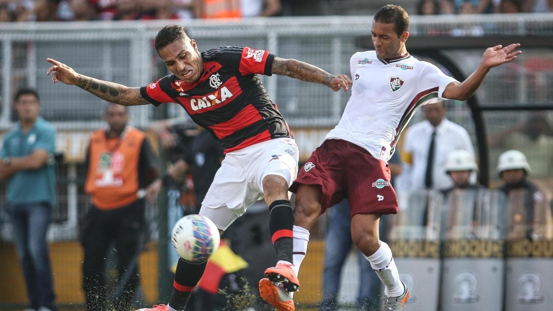 Guerrero disputa bola com Pierre, durante a partida entre Flamengo e Fluminense