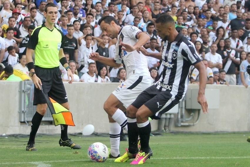 Nenê encara a marcação do Botafogo na decisão do Campeonato Carioca
