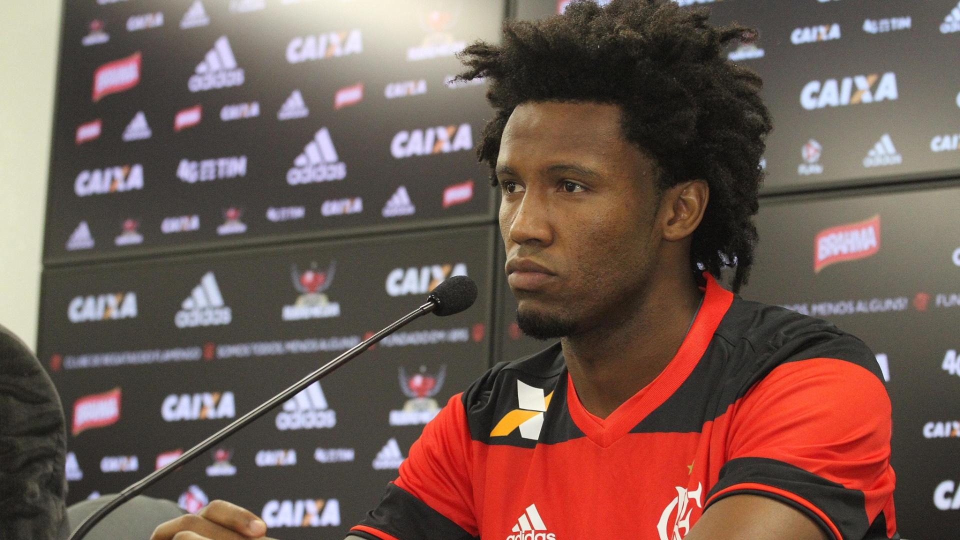 O zagueiro Rafael Vaz foi apresentado como reforço do Flamengo no CT Ninho do Urubu