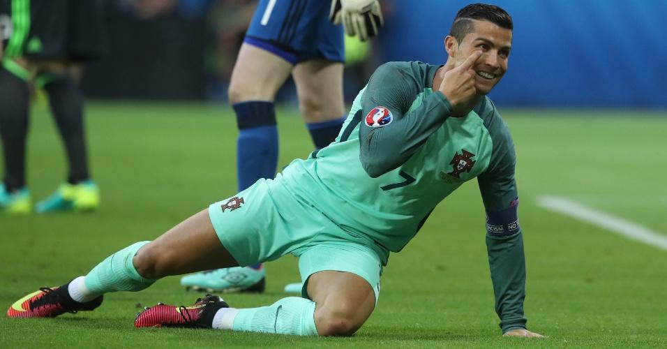 Cristiano Ronaldo pede pênalti em partida entre País de Gales e Portugal pela Euro