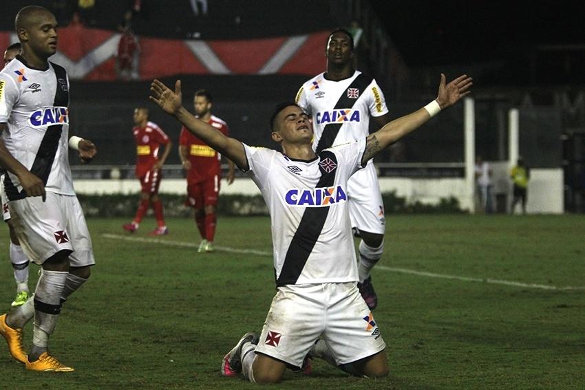 Emanuel Biancucchi comemora seu gol, o terceiro na vitória do Vasco