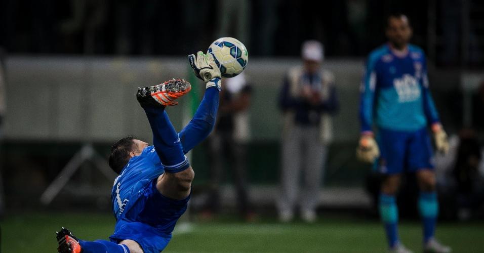 Fernando Prass defende a cobrança de pênalti de Gustavo Scarpa e coloca o Palmeiras em vantagem contra o Fluminense na Clopa do Brasil