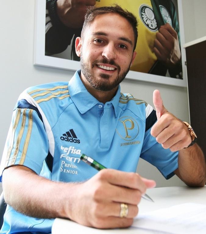 Régis assina contrato de empréstimo com o Palmeiras