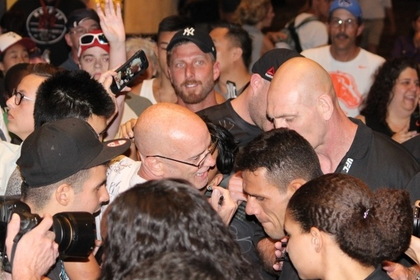 Rafael Dos Anjos é cercado por torcedores após o treino aberto do UFC