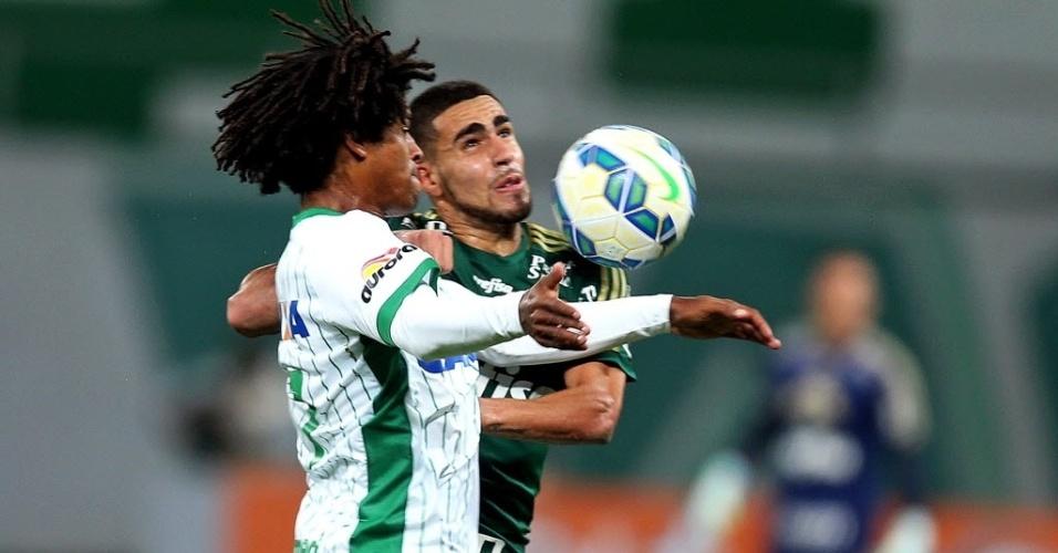Gabriel e Willian Barbio disputam bola na partida entre Palmeiras e Chapecoense