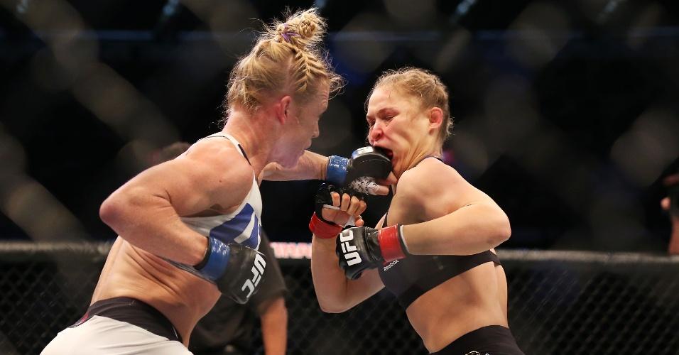 Holly Holm acerta soco certeiro em Ronda Rousey