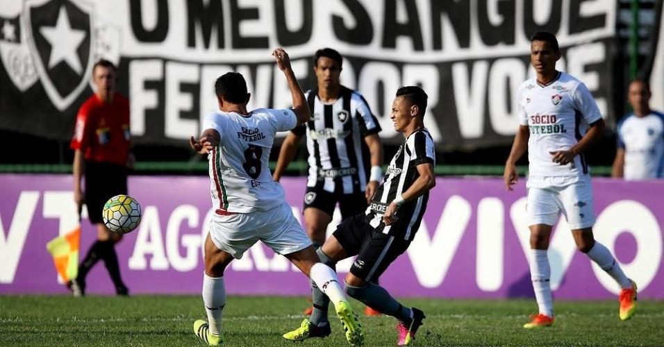 Neilton em ação no clássico entre Botafogo e Fluminense, válido pelo Brasileirão