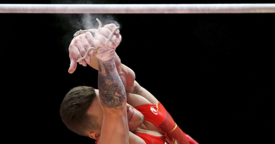 Nestor Abad, da Espanha, cai da barra em sua apresentação no Mundial de Ginástica Artística, na Escócia