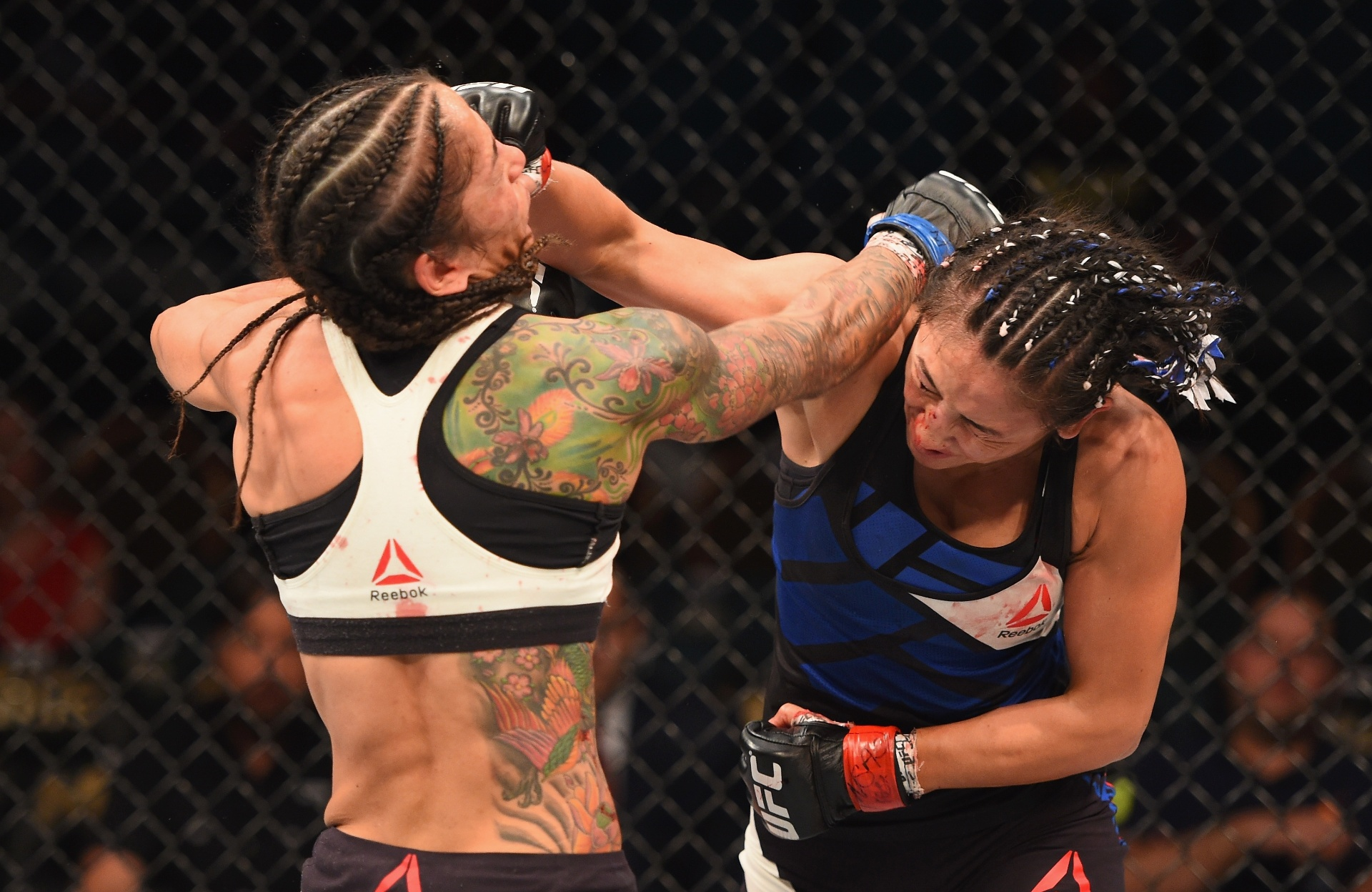 Ex-campeã Carla Esparza acerta soco na brasileira Juliana Lima, durante UFC 197