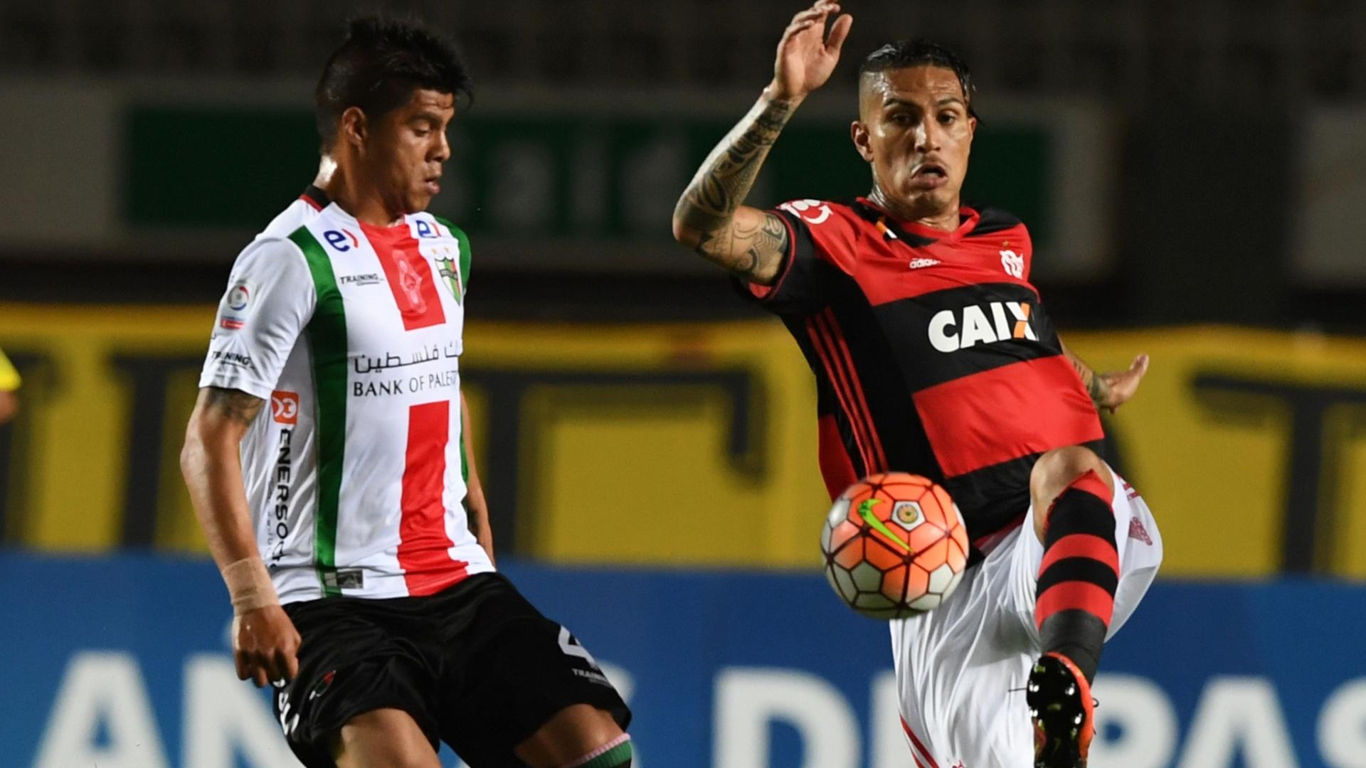 Guerrero, do Flamengo, tenta escapar da marcação de Bejamin Vidal, do Palestino