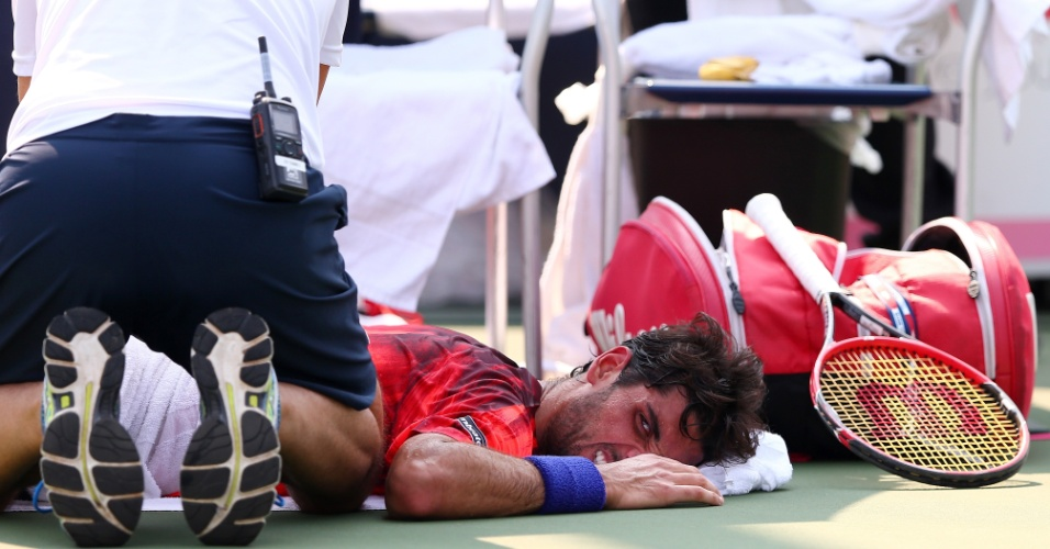 Thomaz Bellucci recebe atendimento duranteo vitória sobre James Ward no US Open