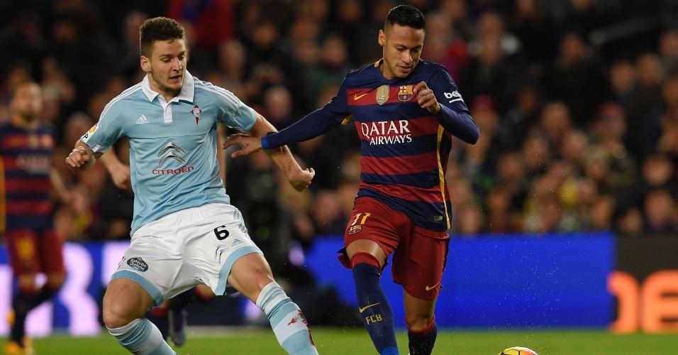 Neymar, do Barcelona, conduz a bola marcado por Radoja, do Celta de Vigo, em jogo válido pelo Campeonato Espanhol