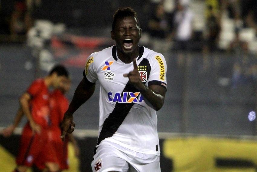 Riascos comemora um dos gols marcados para o Vasco contra o Friburguense
