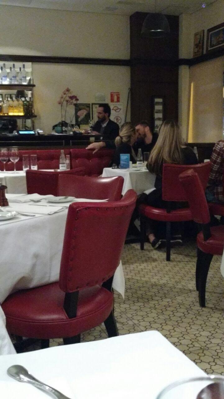 Lucas Lima e Rafaella se beijam em restaurante