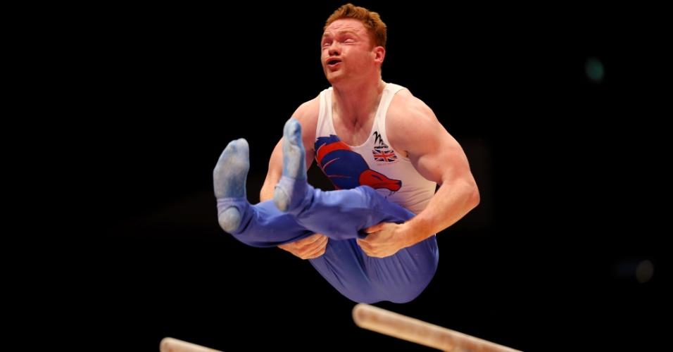 Dan Purvis, do Reino Unido, treina nas barras paralelas