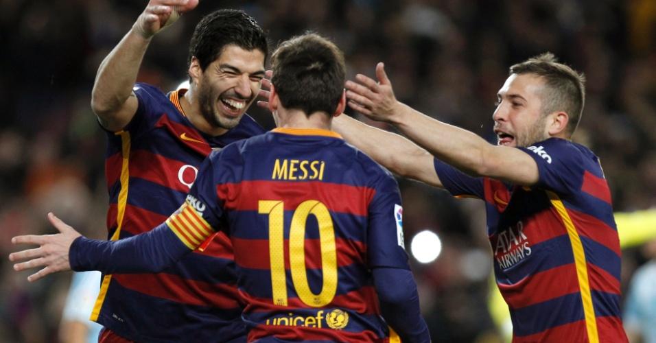 Suárez abraça Messi na vitória do Barcelona sobre o Celta; dupla bateu pênalti em dois toques