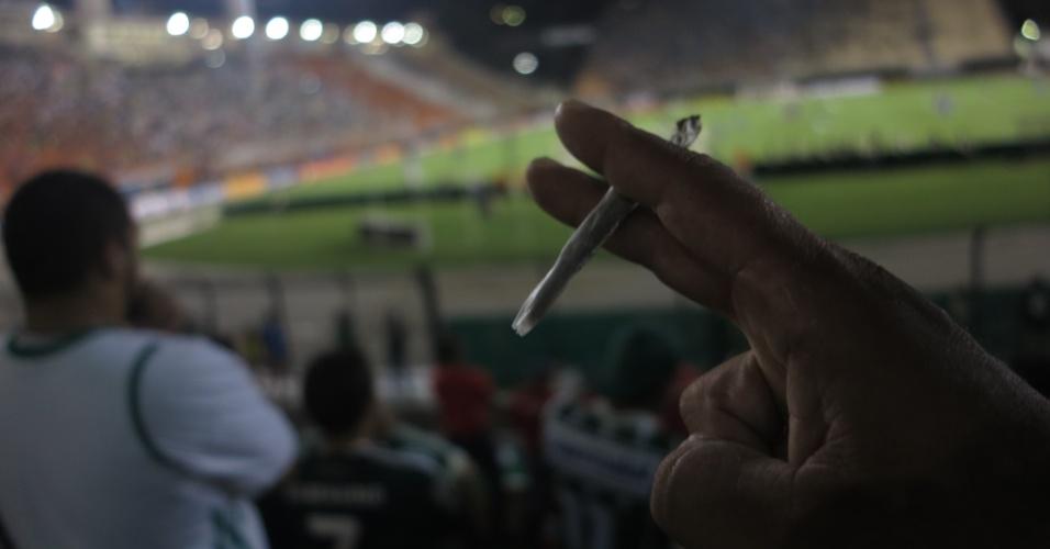 Torcedor do Palmeiras segura baseado no Pacaembu
