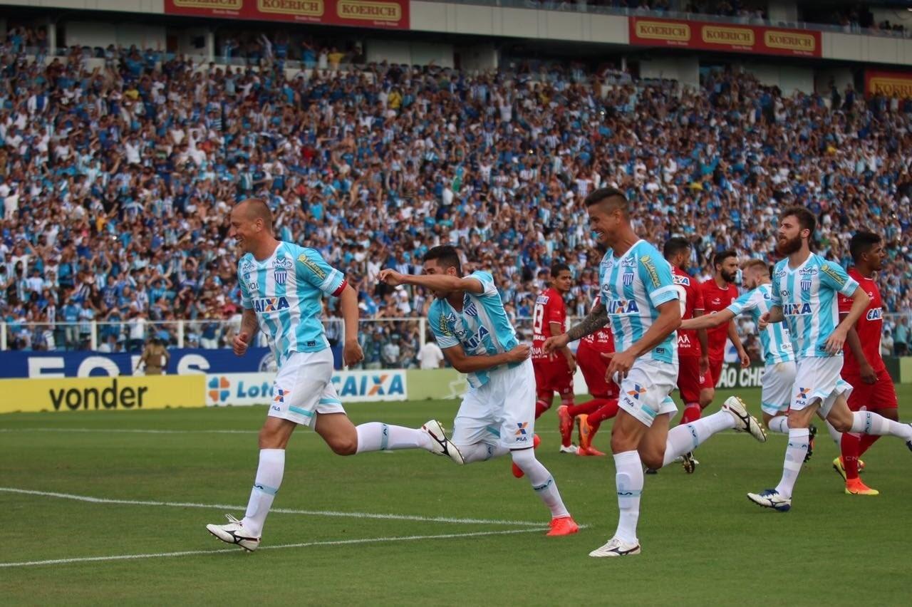 Marquinhos comemora gol do Avaí sobre o Náutico